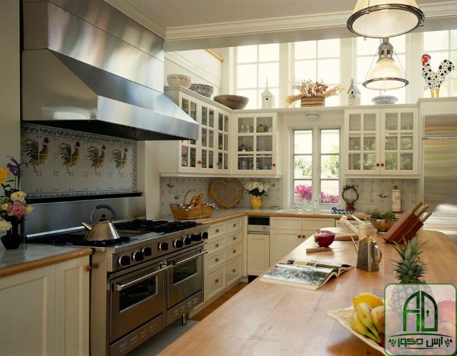 کابینت-تمام-چوب-به-رنگ-سفید-در-کنار-مواد-عذایی-روی-میز